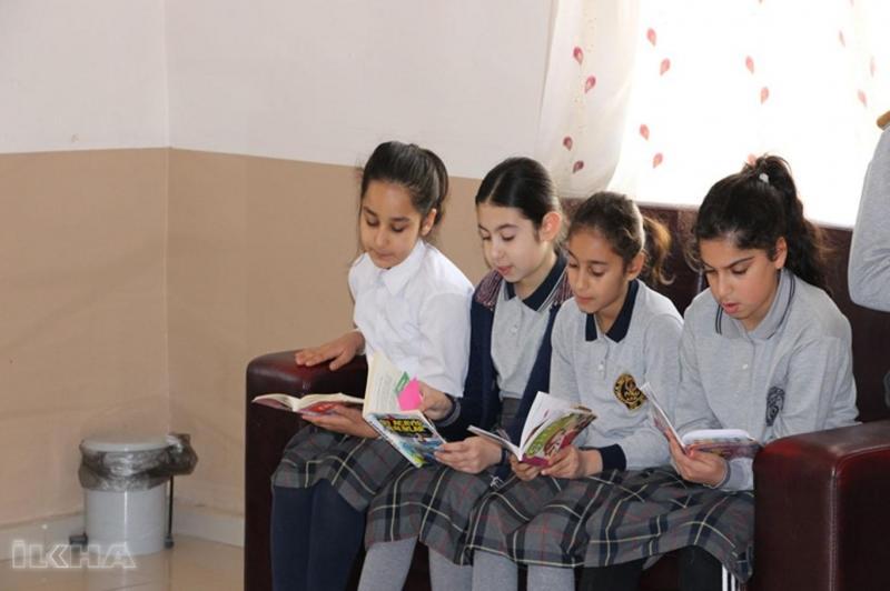 Palu Yatılı Bölge Ortaokulu öğrencileri, Kütüphaneler Haftası münasebetiyle hastanede hastalarla birlikte kitap okuyor.