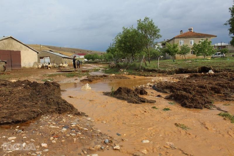Elazığ'ın Gürdal mezrasında etkili olan sağanak yağış nedeniyle 28 küçükbaş hayvan sele kapılarak telef oldu.