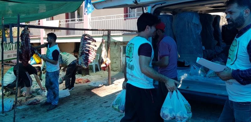 """Elazığ Umut Kervanı Gönüllüsü Ömer Canpolat şunları dile getirdi; """"Elazığ Umut Kervanı olarak hayırseverlerin bizlere vermiş olduğu kurban vekaleti ile toplamda 6 büyükbaş 4 küçükbaş kurban kestik. Toplamda 1ton 400 kilo kurban etin, tespit edilen 600 aileye ulaştırdık. Bizleri tercih ettiklerinden dolayı Umut Kervanı olarak kurban sahiplerine teşekkür eder ve mağdur muhtaç yetim ailelerin evlerine Umut olduklarından dolayı Rabbim kurbanlarını kabul etmesini niyaz ederiz."""""""