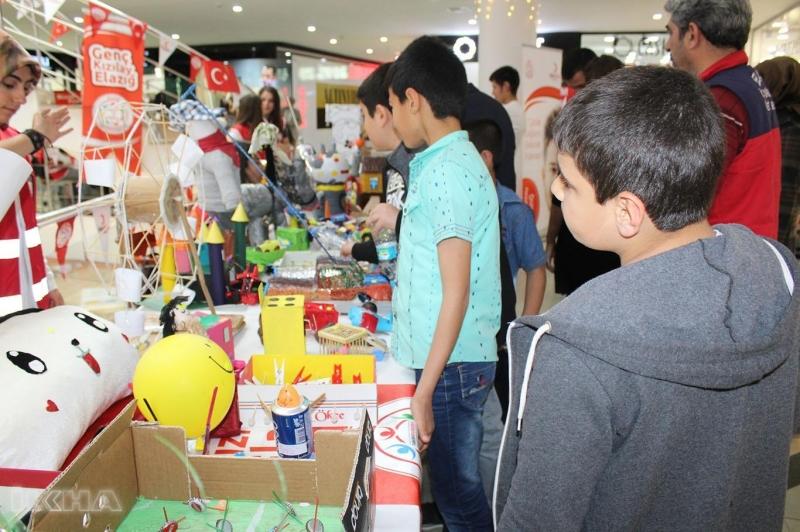 Elazığ'da öğrenciler atık malzemeleri kullanarak birbirinden güzel oyuncaklar yaptı. Elazığ'da öğrenciler atık malzemeleri kullanarak birbirinden güzel oyuncaklar yaptı.