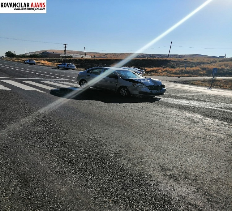 Arkadan Otomobile Çarptı: 2 Yaralı
