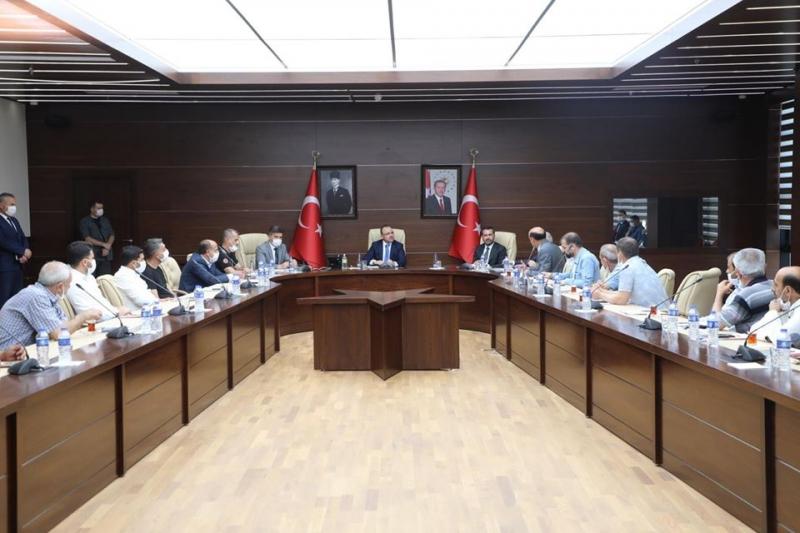 Elazığ Valisi Muhtarlarla Deprem Ve Sonrası Yaşanan Sorunlar İçin Toplantı Yaptı
