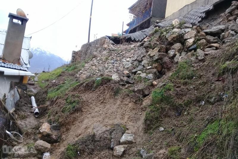 Elazığ'da aşırı yağışların neden olduğu göçük nedeniyle tehlikeli anlar yaşandı.