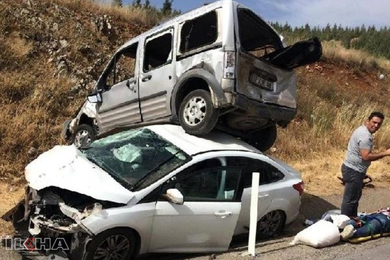 Hafif ticari araç otomobilin üzerine çıktı: 10 yaralı