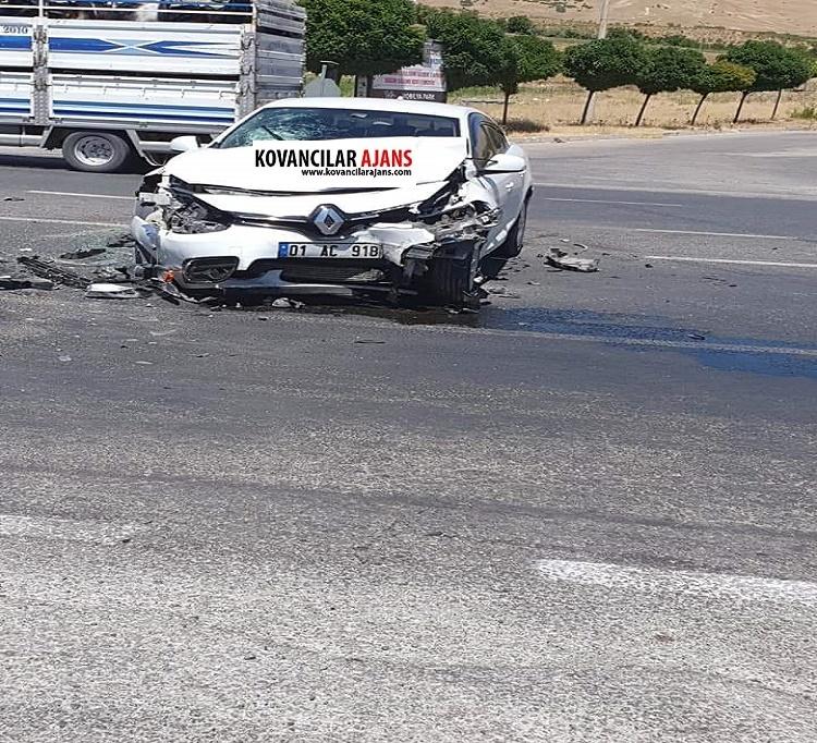 İki Araç Çarpıştı : 3 Yaralı