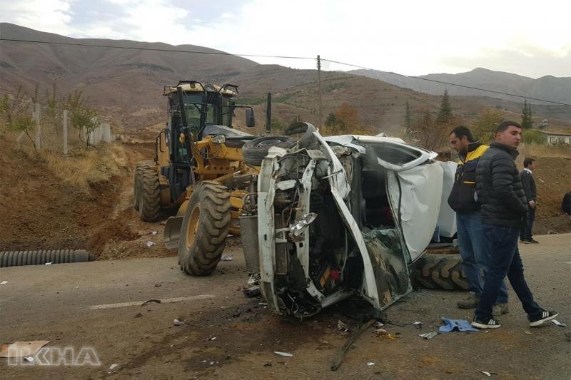 İş makinası ile çarpışan araç hurdaya döndü
