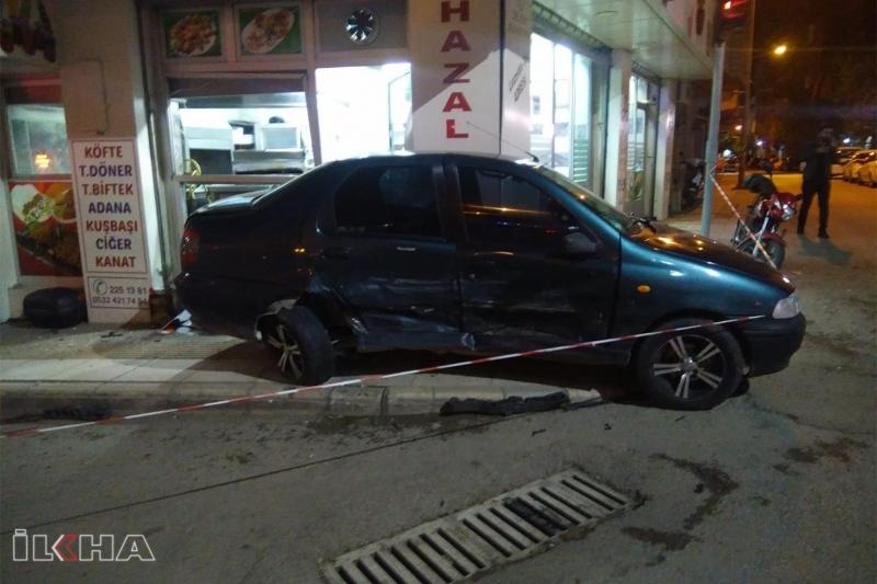 Kaza yapan araç iş yerine ve elektrik panosuna çarptı