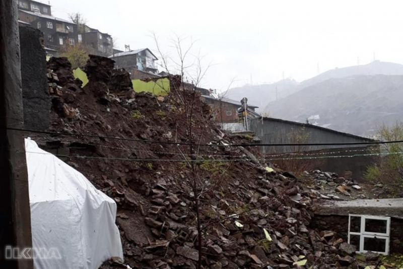 Maden`de Aşırı yağışlar nedeniyle bir ev yıkıldı
