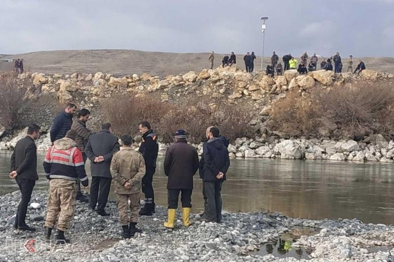 Nehre düşen balıkçıdan haber alınamıyor