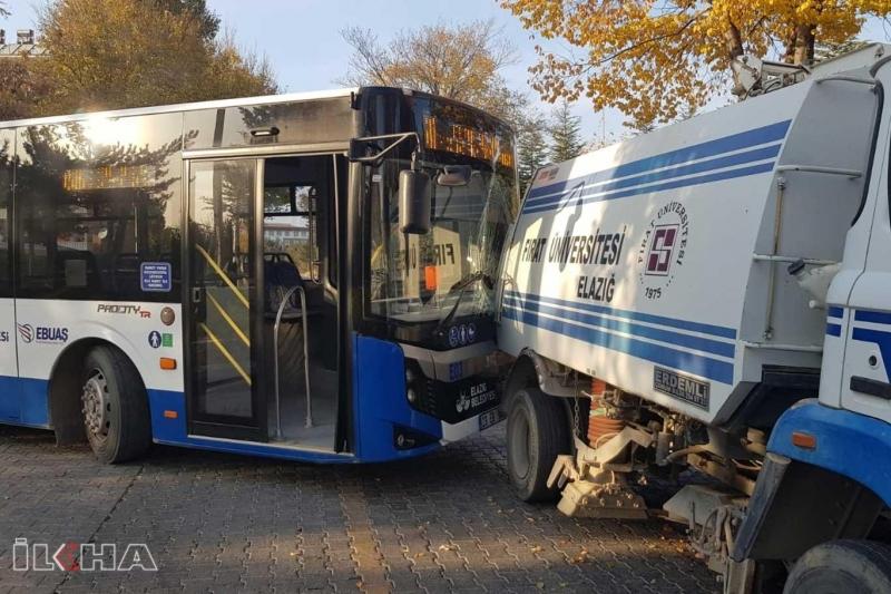 Temizlik aracı durakta bekleyen öğrenci otobüsüne çarptı