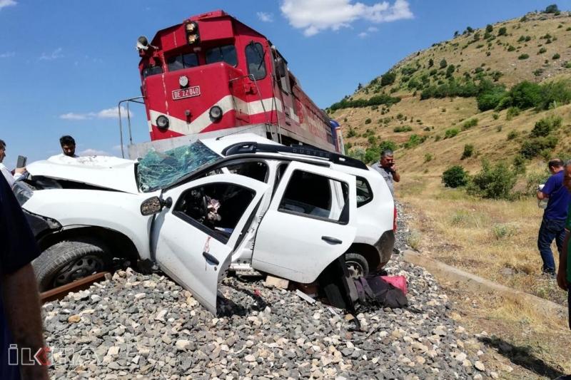 Tren otomobile çarptı: Bir ölü 2 yaralı