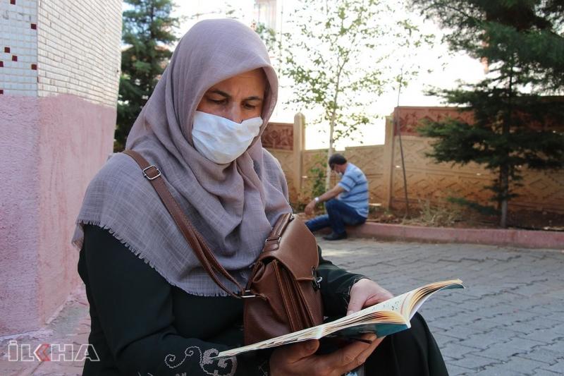 YKS'ye giren öğrencilerin velileri manevi destek için Kur'an okudu